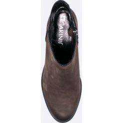 Carinii - Botki. Czarne buty zimowe damskie marki Carinii, z materiału, z okrągłym noskiem. W wyprzedaży za 239,90 zł.