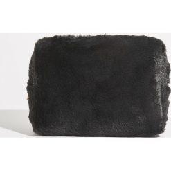 Pluszowa kosmetyczka - Czarny. Czarne kosmetyczki damskie marki Sinsay. Za 24,99 zł.