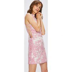 Guess Jeans - Sukienka Jennifer Lopez. Szare sukienki balowe marki Guess Jeans, l, z aplikacjami, z jeansu, mini, dopasowane. W wyprzedaży za 449,90 zł.