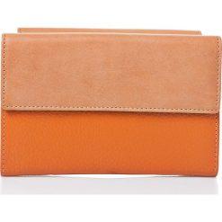 Skórzany portfel w kolorze pomarańczowym - 16,5 x 11 x 3,5 cm. Brązowe portfele damskie I MEDICI FIRENZE, ze skóry. W wyprzedaży za 169,95 zł.