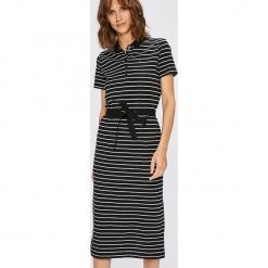 Tommy Hilfiger - Sukienka. Czarne sukienki dzianinowe marki TOMMY HILFIGER, na co dzień, m, casualowe, z krótkim rękawem, midi, proste. W wyprzedaży za 359,90 zł.