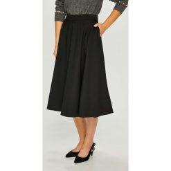Calvin Klein - Spódnica. Szare spódniczki rozkloszowane marki Calvin Klein, z elastanu, z podwyższonym stanem, midi. Za 799,90 zł.