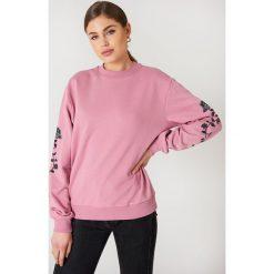 NA-KD Bluza z wyszywanymi różami na rękawach - Pink. Różowe długie bluzy damskie NA-KD, z bawełny. W wyprzedaży za 93,77 zł.