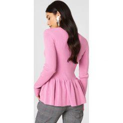 Storm&Marie Sweter z baskinką Nap - Pink. Różowe swetry klasyczne damskie marki Storm&Marie, z nylonu, dekolt w kształcie v. W wyprzedaży za 210,78 zł.