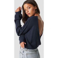 NA-KD Trend Dzianinowy sweter z kopertowym tyłem - Blue,Navy. Białe swetry klasyczne damskie marki NA-KD Trend, z nadrukiem, z jersey, z okrągłym kołnierzem. Za 121,95 zł.