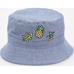 Kapelusz z naszywkami - Niebieski. Niebieskie kapelusze męskie marki Reserved, z aplikacjami. W wyprzedaży za 14,99 zł.