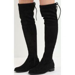 Czarne Zamszowe Kozaki Lady In Grey. Czarne buty zimowe damskie marki Born2be, z materiału, z okrągłym noskiem, przed kolano, na wysokim obcasie, na płaskiej podeszwie. Za 79,99 zł.