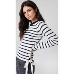 Swetry klasyczne damskie: Rut&Circle Sweter ze sznurowaniem Idun – White,Multicolor