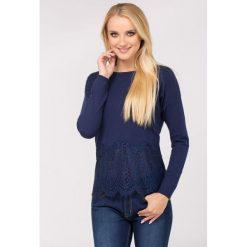Swetry klasyczne damskie: Sweter z delikatną koronką