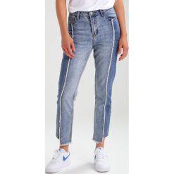 Glamorous Jeansy Slim Fit mixed wash. Różowe jeansy damskie marki Glamorous, z nadrukiem, z asymetrycznym kołnierzem, asymetryczne. Za 209,00 zł.