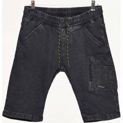 Jeansowe szorty z kieszenią cargo - Czarny. Czarne spodenki jeansowe męskie marki Cropp. W wyprzedaży za 49,99 zł.