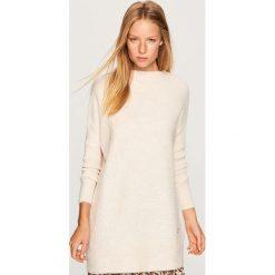 Długi sweter - Kremowy. Białe swetry klasyczne damskie marki Reserved, l, z dzianiny. Za 79,99 zł.