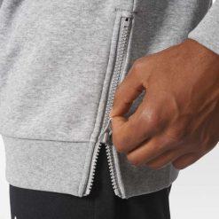 BLUZA ADIDAS STREET GRAPHIC FLEECE CREW GREY BP8914. Szare bluzy męskie marki Nike, m. Za 169,00 zł.