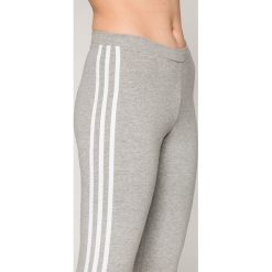 Adidas Originals - Legginsy. Szare legginsy adidas Originals. W wyprzedaży za 129,90 zł.