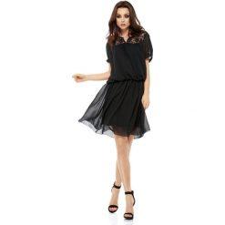 Letnia szyfonowa sukienka z krótkim rękawem czarna MAYA. Czerwone sukienki koronkowe marki Mohito, l, z falbankami. Za 159,90 zł.