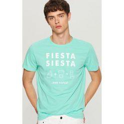 T-shirt z nadrukiem - Zielony. Zielone t-shirty męskie z nadrukiem Reserved, l. W wyprzedaży za 19,99 zł.