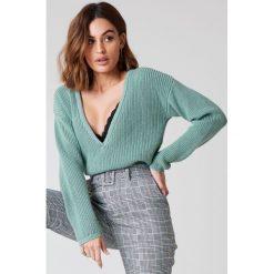 Swetry oversize damskie: Josefin Ekström for NA-KD Sweter z głębokim dekoltem V – Green