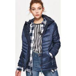 Pikowana kurtka z kapturem - Granatowy. Niebieskie kurtki męskie pikowane marki Cropp, l, z kapturem. W wyprzedaży za 109,99 zł.