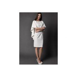 SUKIENKA KOKTAJLOWA z dekoltem na plecach - IMAAN. Białe sukienki balowe marki Rahri, xxl, z elastanu, z dekoltem na plecach, oversize. Za 489,00 zł.