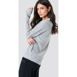 Rut&Circle Sweter z dekoltem V Erica - Grey. Szare swetry klasyczne damskie marki Vila, l, z dzianiny, z okrągłym kołnierzem. Za 121,95 zł.