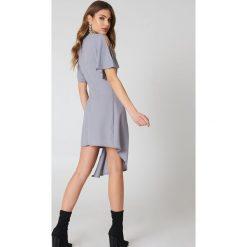 Boohoo Elegancka kopertowa sukienka - Grey. Szare sukienki asymetryczne Boohoo, z tkaniny, eleganckie, z asymetrycznym kołnierzem. W wyprzedaży za 42,59 zł.