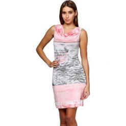 Sukienki hiszpanki: Sukienka w kolorze różowo-szarym ze wzorem