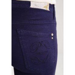 Patrizia Pepe Jeansy Slim Fit lapis blue. Niebieskie jeansy damskie Patrizia Pepe. W wyprzedaży za 384,30 zł.