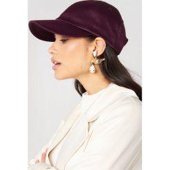 Czapki z daszkiem damskie: NA-KD Accessories Satynowa czapka z daszkiem – Purple