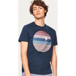 T-shirt z graficznym nadrukiem - Granatowy. Białe t-shirty męskie z nadrukiem marki Reserved, l. Za 49,99 zł.