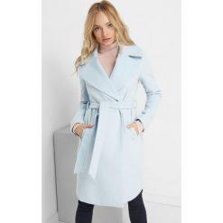 Płaszcz z wiązaniem. Niebieskie płaszcze damskie pastelowe Orsay, w paski, z elastanu. Za 239,99 zł.