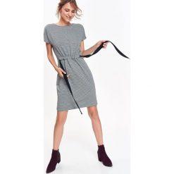 SUKIENKA W DROBNĄ KRATKĘ Z WIĄZANIEM. Szare sukienki balowe marki Top Secret, na jesień, w kratkę. Za 64,99 zł.