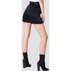 Bermudy damskie: NA-KD Trend Satynowe szorty z paskiem i wysokim stanem - Black