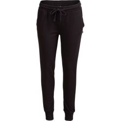 Spodnie dresowe damskie SPDD602 - CZARNY - Outhorn. Czarne spodnie dresowe damskie Outhorn, na jesień, z bawełny. W wyprzedaży za 55,99 zł.