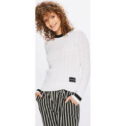 Calvin Klein Jeans - Sweter. Szare swetry klasyczne damskie Calvin Klein Jeans, l, z bawełny, z okrągłym kołnierzem. Za 399,90 zł.