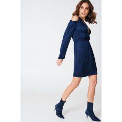 Hannalicious x NA-KD Sukienka z wycięciami na ramionach i węzłem - Navy. Niebieskie sukienki mini marki Reserved, z odkrytymi ramionami. W wyprzedaży za 60,89 zł.