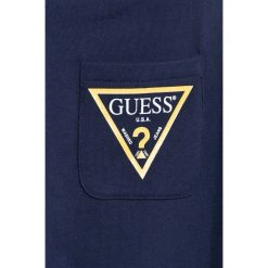Guess Jeans - Spodnie dziecięce 118-175 cm. Szare jeansy chłopięce Guess Jeans, z aplikacjami. W wyprzedaży za 79,90 zł.