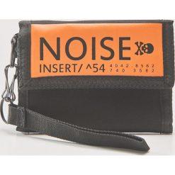 Portfel z napisem noise - Czarny. Czarne portfele męskie House, z napisami. Za 39,99 zł.