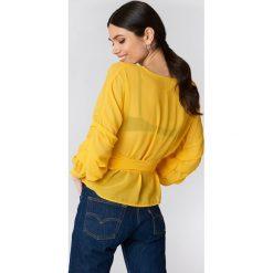 Bluzki asymetryczne: NA-KD Bluzka z wiązaniem w pasie - Yellow