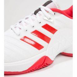 Adidas Performance BARRICADE 2018 Obuwie do tenisa Outdoor footwear white/scarlet. Białe buty do tenisu damskie adidas Performance, z gumy. W wyprzedaży za 356,95 zł.