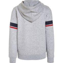 Timberland Bluza z kapturem meliertes grau. Czerwone bluzy chłopięce rozpinane marki Timberland, z materiału. W wyprzedaży za 215,20 zł.