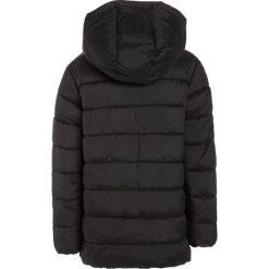 Benetton Kurtka zimowa black. Czarne kurtki chłopięce zimowe marki Benetton, z materiału. W wyprzedaży za 135,20 zł.