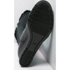 UGG MISCHA Kozaki na koturnie black. Czarne kozaki damskie na koturnie marki Born2be, z materiału, z okrągłym noskiem, na niskim obcasie. Za 859,00 zł.