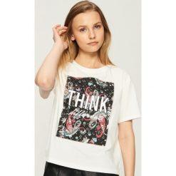 T-shirt z aplikacją - Kremowy. Białe t-shirty damskie Sinsay, l, z aplikacjami. W wyprzedaży za 19,99 zł.