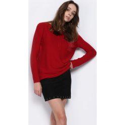 Swetry klasyczne damskie: Czerwony Sweter Does It Feel