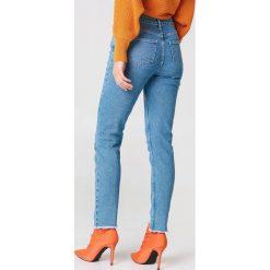 NA-KD Jeansy rurki z asymetrycznym wykończeniem - Blue. Zielone jeansy damskie rurki marki Emilie Briting x NA-KD, l. W wyprzedaży za 81,18 zł.