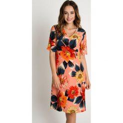 Koralowa sukienka z dekoltem w serek BIALCON. Pomarańczowe sukienki balowe BIALCON, na co dzień, na lato, z dekoltem w serek, z krótkim rękawem, mini, proste. W wyprzedaży za 251,00 zł.