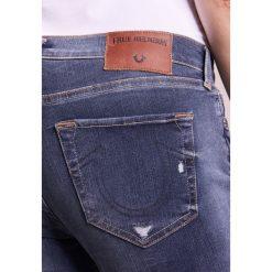 True Religion HALLE Jeansy Slim Fit blue denim. Niebieskie rurki damskie True Religion. W wyprzedaży za 743,20 zł.