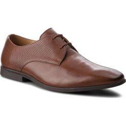 Półbuty CLARKS - Bampton Walk 261354217 British Tan Leather. Brązowe derby męskie Clarks, z materiału. W wyprzedaży za 259,00 zł.