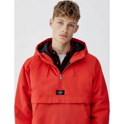 Kurtka typu kangur z kapturem. Czerwone kurtki męskie Pull&Bear, m, z kapturem. Za 109,00 zł.