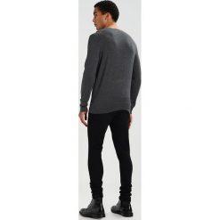 Calvin Klein SAUL CREW NECK Sweter grey. Pomarańczowe kardigany męskie marki Calvin Klein, l, z bawełny, z okrągłym kołnierzem. W wyprzedaży za 404,10 zł.